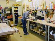 In unserer Holzwerkstatt werden alte Schränke oder Tische aufgearbeitet, Fußbänke hergestellt und Holzdekoration gefertigt.